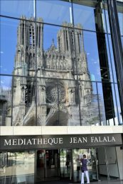 reflet-dans-la-mediatheque-cathedrale-de-reims