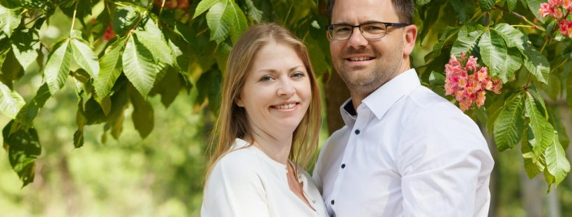 Fotoshooting für Paarbilder Portraits im Grünen mit Teleobjektiv von Claudia Link Fotograf in Roth Nürnberg Erlangen
