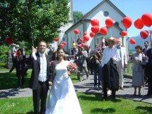 Das Brautpaar und die Hochzeitsgesellschaft lassen Ballone steigen