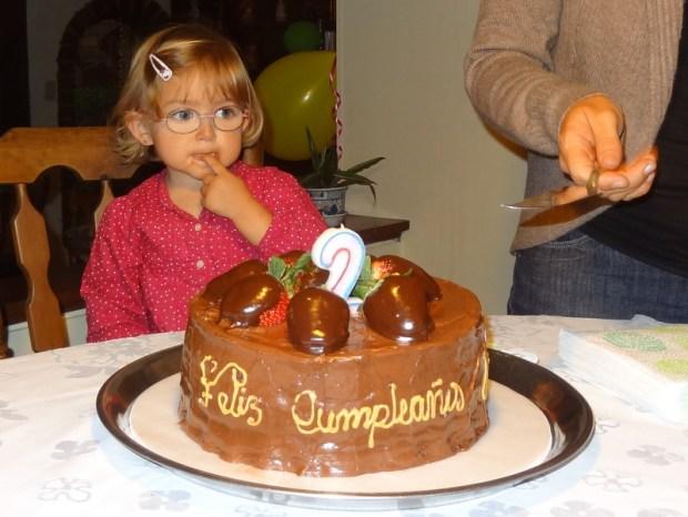 In freudiger Erwartung auf den leckeren Schokolade-Kuchen