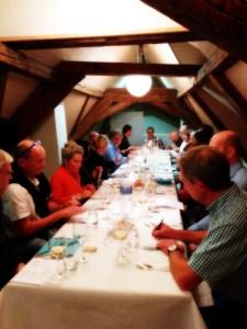 Tafelrunde an der Käse und Weindegustation