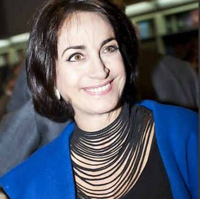 foto da Claudia Matarazzo, na noite do lançamento do livro do Ronnie Von, na Livraria FNAC, estava com cabelos channer (castanhos escuros), usava um lindo colar de varias voltas e casaco azul e blusa preta por baixo.