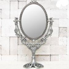 Espelho de mesa oval com suporte trabalhado em metal prateado