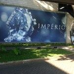Imagem do outdoor (painel) junto a porta do estúdio da novela Império no Projac Rede Globo, Rio de Janeiro. Os estúdios são galpões.