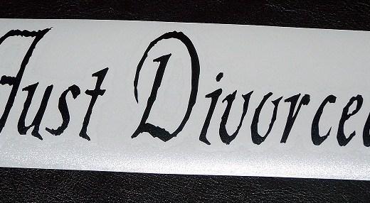"""Faixa branca com os dizeres : Just Divorced, que significa """"Divorciado"""""""