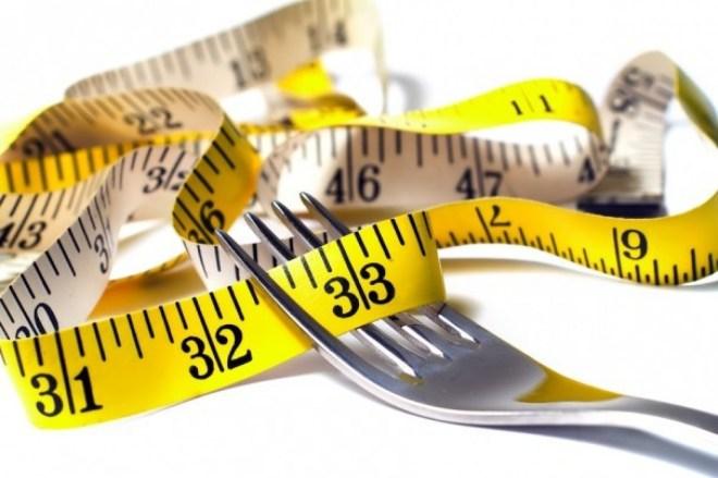 fita métrica enrolada em um garfo como se fosse um espaguete