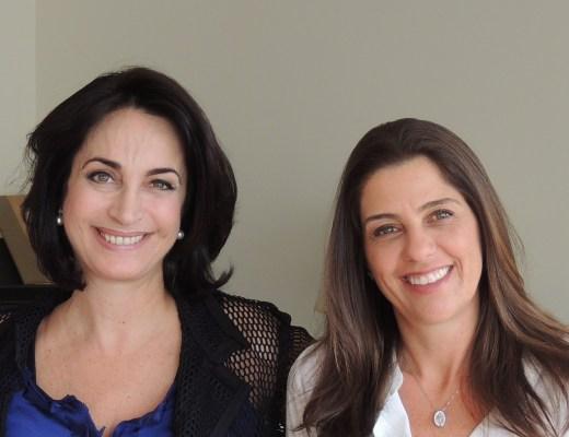 Foto dos blogueiros, Mario Ameni a esquerda, com seus cabelos grisalhos, camisa social com listras finas vermelha e branca, ao centro Claudia Matarazzo, vestindo uma blusa , na cor azul bic e um casaco preto telado, e a direita, Isabela Giuzio, usando uma camisa branca, com mangas .