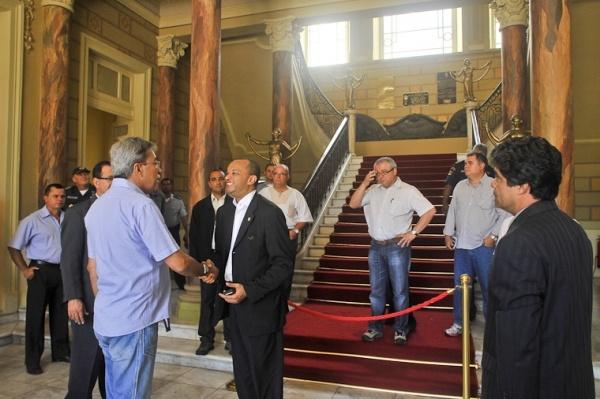 Equipa da Missão Precursora da Presidência da República, em visita ao Palácio do Governo em Recife. O falecido Governador Deda, cumprimenta os membros da equipe, que se encontram vistoriando o ambiente.