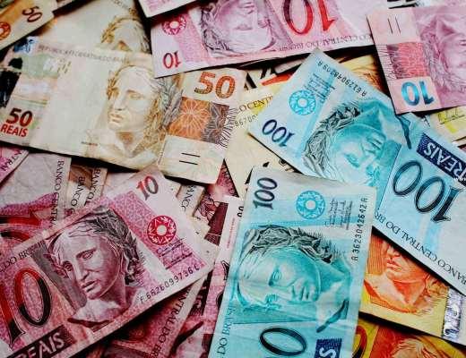 imagem de muitas notas de reais de vários valores, notas de 50 reais, 100 reais, 20 reais. todas amontoadas.
