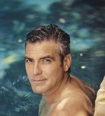 Ator George Clooney, junto a borda de uma piscina, numa imagem apenas do rosto.