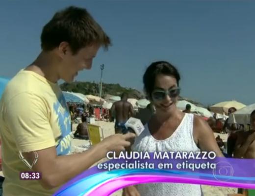 Claudia Matarazzo, numa reportagem do Programa Mais Você, da Rede Globo, junto ao repórter Felipe Suhre, na praia do Arpoador ,no Rio de janeiro, ela usa uma saia de praia branca com detalhes e ele usa uma camiseta amarela e na sua mão direita tem o microfone da entrevista