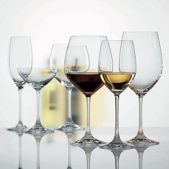 vários tipos de taças sobre uma bancada, desde taça para vinhos brancos até as mais bojudas para vinhos tintos e encorpados