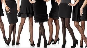 mulheres posicionadas em fila, cada uma usando um meia calça em texturas e desenhos diferentes.