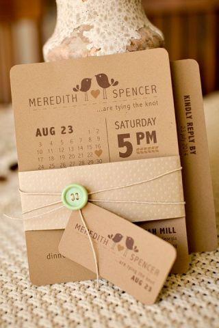 convite de casamento, em forma de calendário, feito num papel tipo papelão com escritas em marrom escuro.