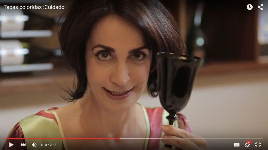 Imagem do rosto de Claudia Matarazzo que segura uma taça , cor preta,