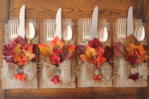 4 jogos de talheres acondicionados num envelope de tela natural, e com detalhes folhas e flores em tons laranja, coral e vermelho.