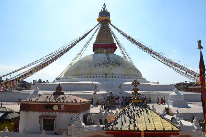 Stupa em Boudhanat, um dos mais importantes do budismo. Predio construido em forma redonda, com muitas cordas com bandeirolas, presa no topo da torre.