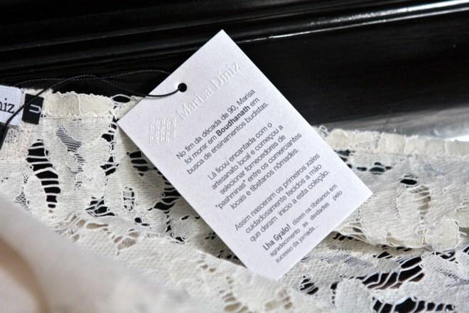 etiqueta em papel branco preso num tecido. com dizeres Marisa Diniz, ter morado em Boudhanat no Nepal e com o agradecimento tibetano Lha Gayalol