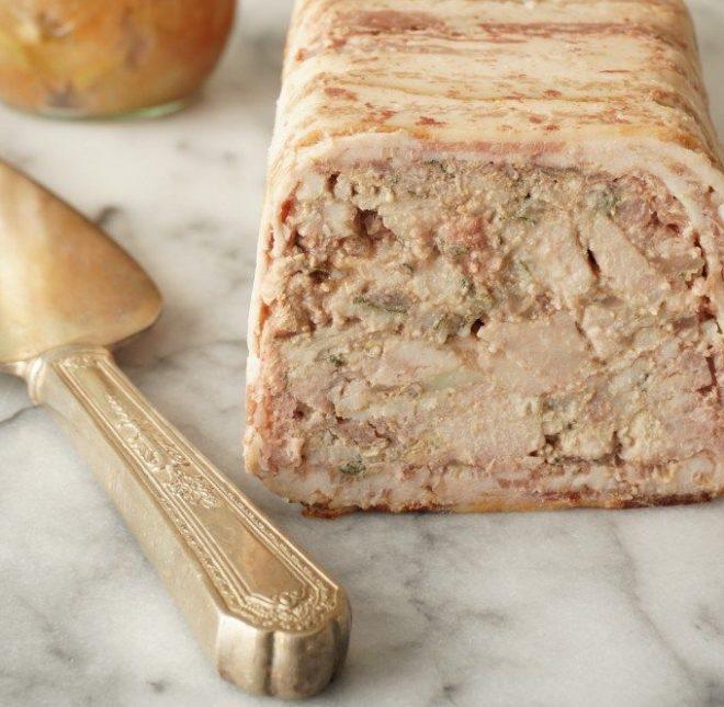 bolo de carne temperado e recheado com pequenos pedaços carne. Envolto em lâminas de bacon.
