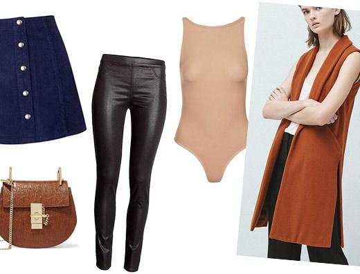 a foto mostra várias peças sobre um fundo infinito branco: uma saia azul marinho curta de jeans com botões dourados, uma bolsinha a tiracolo marrom, um body cor da pele, uma legging de couro preta e uma moça usando um colete de lã sem mangas marrom