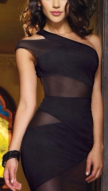 arriga e das coxas cria um efeito sensual de sombra entre o preto fechado e o preto transparente.