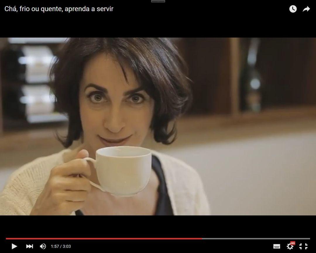 Imagem da jornalista Claudia Matarazzo, apenas do rosto, ela segura na mão direita um xícara de chá, e tem uma expressão de uma boa surpresa.