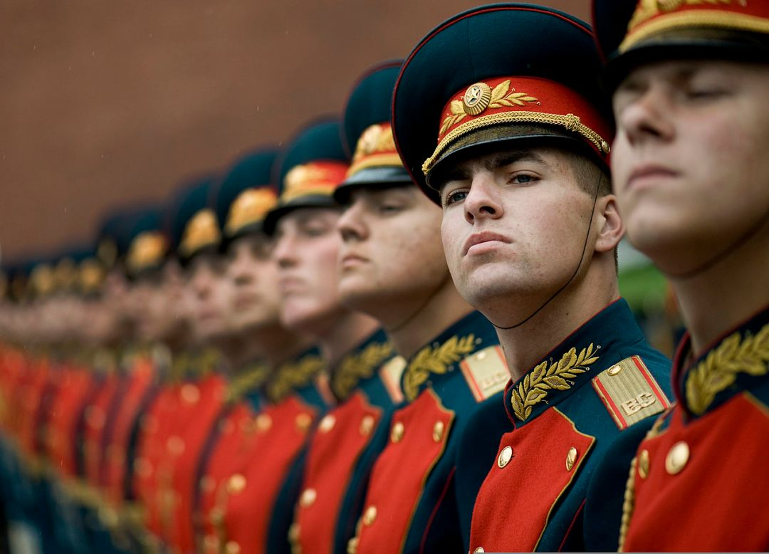 Russian_honor_guard_at_Tomb_of_the_Unknown_Soldier,_Alexander_Garden_welcomes_Michael_G._Mullen_2009-06-26_2