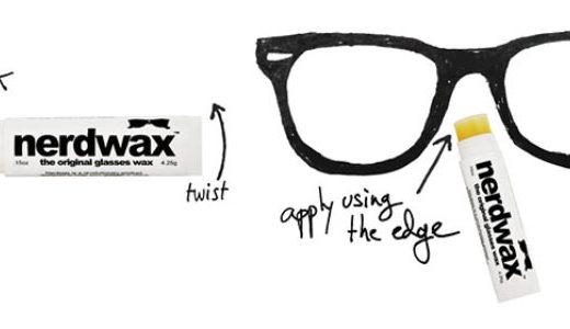 """Um óculos desenhado sobre um fundo branco tem ao seu lado um bastão de cola também branco escrito em preto """"nerdwax""""com uma seta mostrando a área entre os olhos onde é para se passar a cola."""