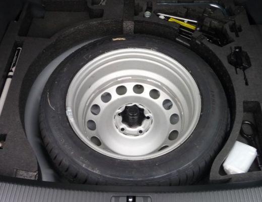 uma foto em close de um pneu bem novinho deitado