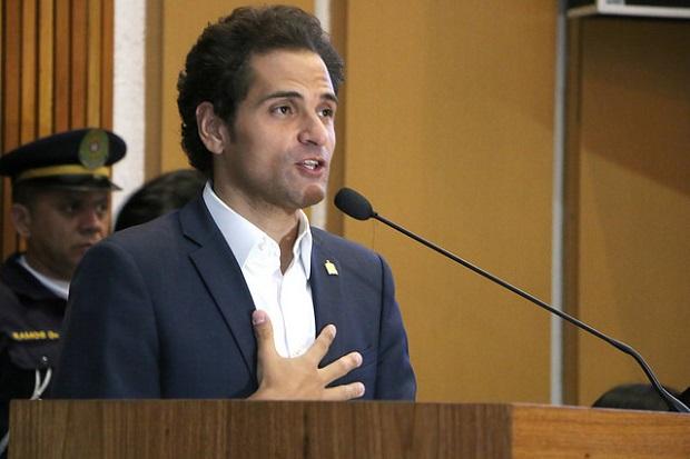 Foto do Vereador Pery Cartola, eleito em São Bernardo do Campo, onde exerce o cargo de Presidente da Câmara Municipal nessa gestão. Ele está numa tribuna discursando - usa camisa social, cor branca e blaizer azul escuro.