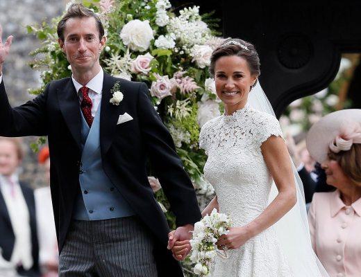 Casal Pippa Middleton (irmã da Kate Middleton) e James Matthews, durante a sua saida da igreja após o casamento . Ele veste fraque e ela o clássico vestido branco da noiva.