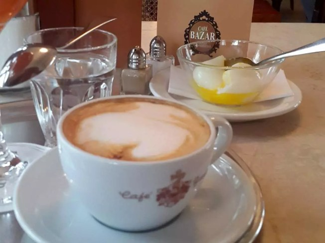 Ei im Glas; meine Salzburger Frühstückskaffeehäuser; das Café Bazar