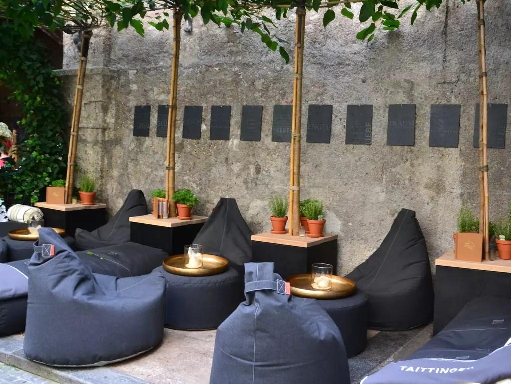 Loungebereich im Innenhof St Peter Stiftskulinarium