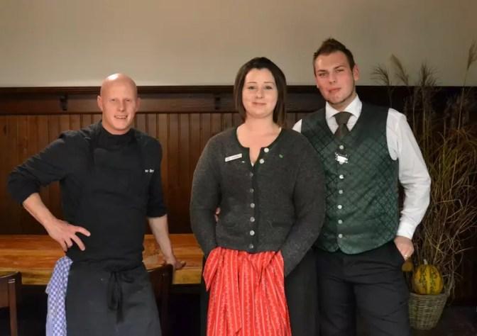 kuechenchef-oliver-drtina-und-serviceteam-gschloessl