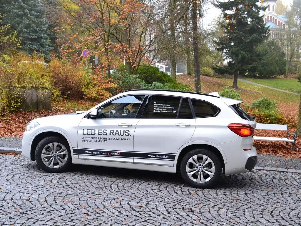 Weißer BMW X1