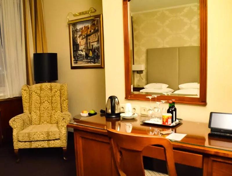 Schreibtisch und Lehnstuhl Hotel am Parkring