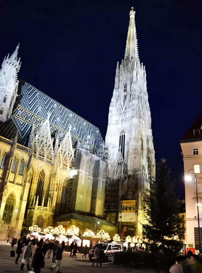Stephansdom bei Nacht mit Christkindlmarkt