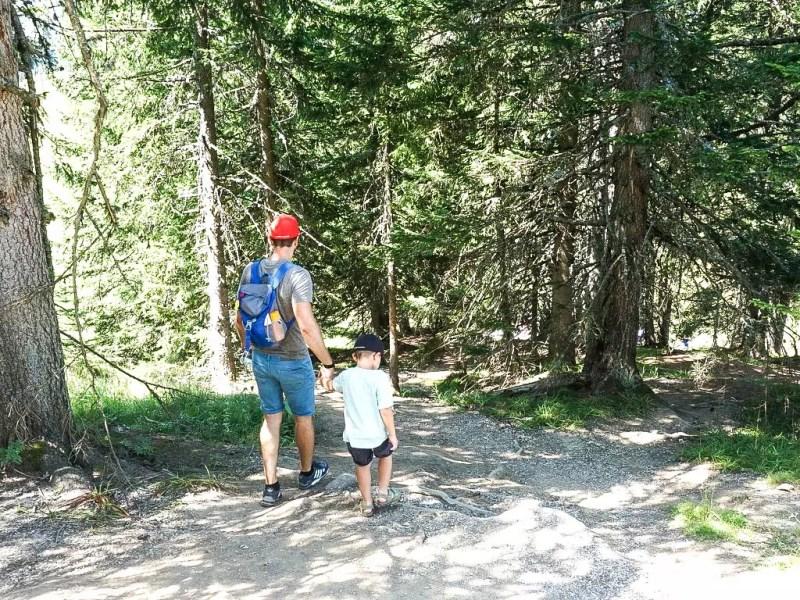 Vater mit Kind am Berg