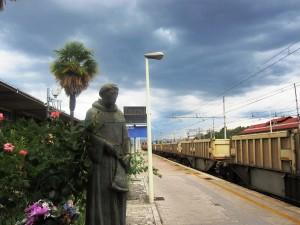 Papa Francesco in Umbria nella Terra di San Francesco la statua nella stazione di Terni