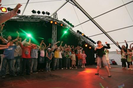 Les différents groupes ont présenté tour à tour leurs spectacles ...