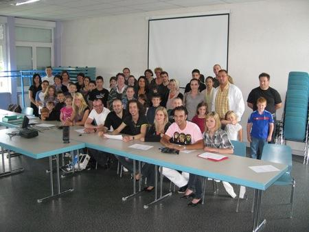 Parents, enfants et animateurs réunis pour une réunion de travail autour du projet pédagogique...