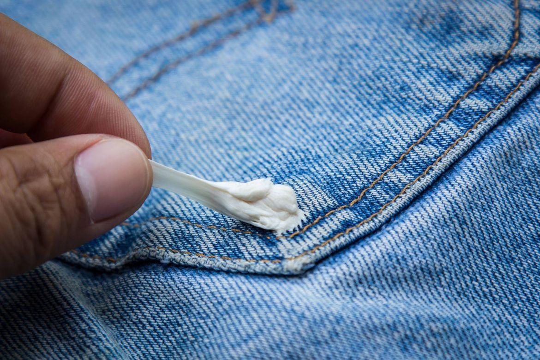 Mách bạn cách giặt sạch quần áo dính vết kẹo cao su