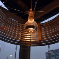 Design lamp gemaakt van oude fietsvelgen