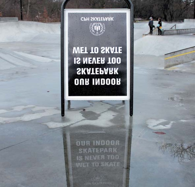 Guerrilla marketing campagne reclamebord met omgekeerde letters