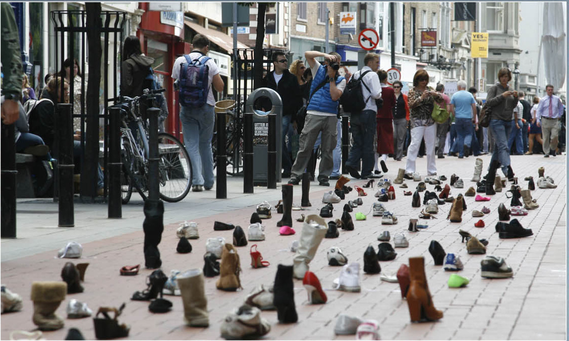 Guerrilla marketing campagne schoenen vastgeplakt door kauwgom