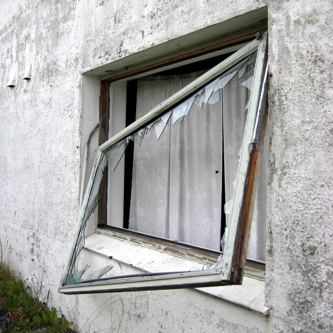 het verlaten huis dat gebruikt wordt als canvas