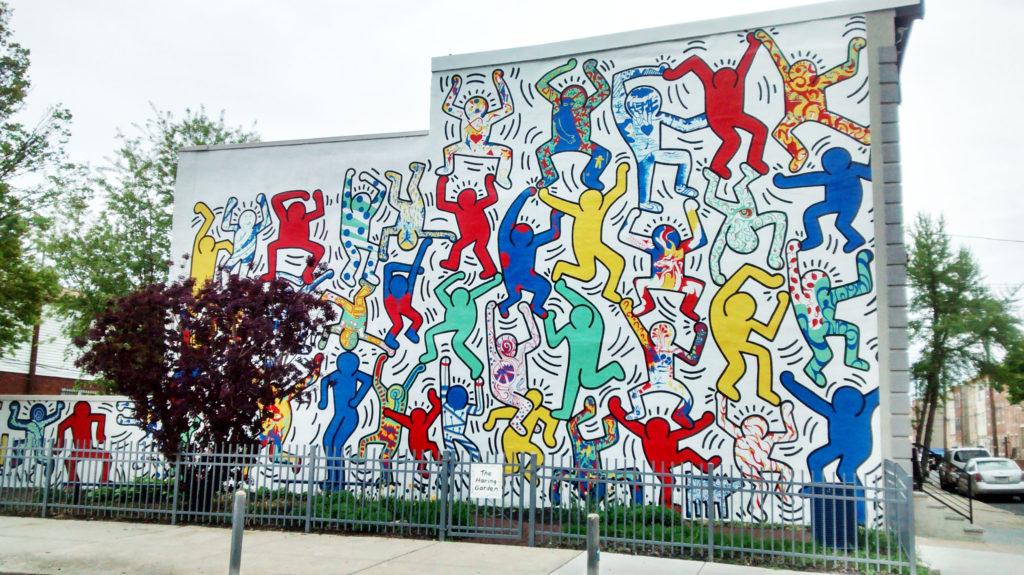 Dansende poppetjes op zijkant huis