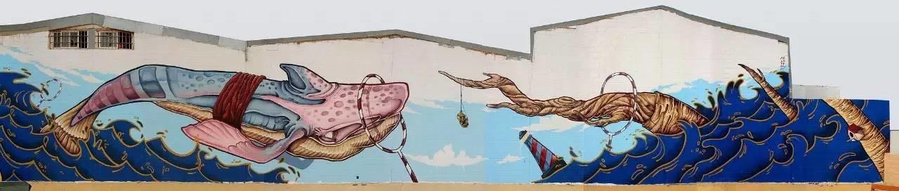 walvis springt door hoepel op strand