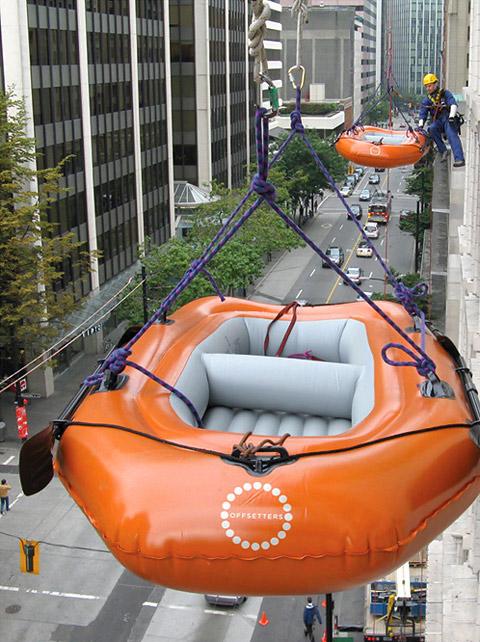 086 002 reddingsboot aan zijkant van gebouw