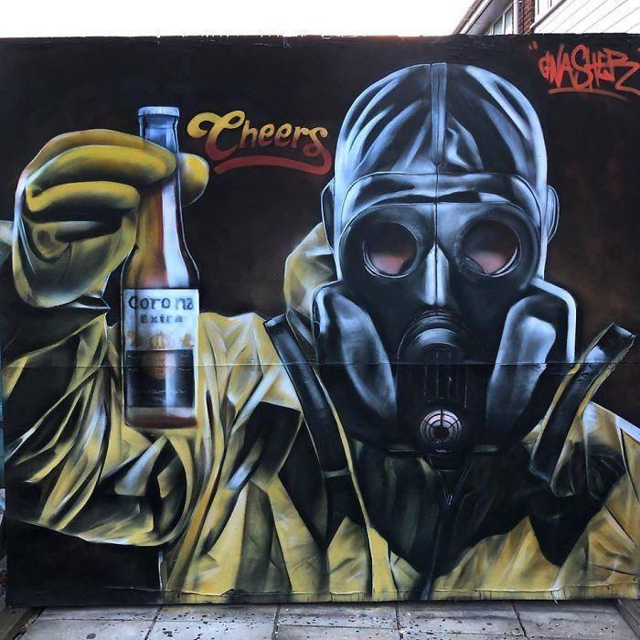 Corona bier met gasmasker op buitenmuur